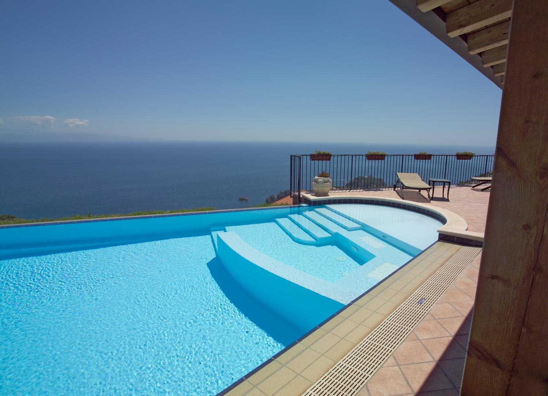 L 39 entretien d 39 une piscine est essentiel pour en profiter for Nettoyage piscine